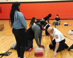 Manual Students Learn how to Perform CPR